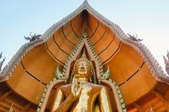 与详细的装饰的巨大的菩萨雕象在Wat 12月的26日Tham Sua在Kanchanabu 免版税库存图片
