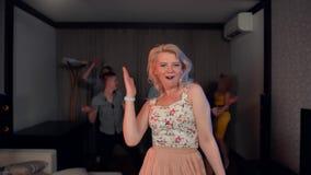 与诱惑的肉欲的夫人跳舞 股票视频
