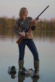 与诱饵的女性鸭子猎人 库存图片