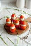 与说谎在一个棕色木板的鸡,大蒜和乳脂干酪面团的西红柿原料 图库摄影