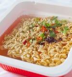 与调味料的中国可口面条开胃菜和调味料作为街道食物的标志 免版税图库摄影