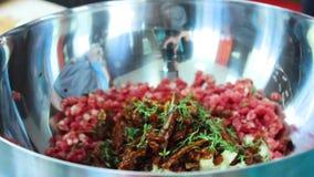 与调味料的肉末在铁板材 股票视频