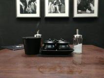 与调味料集合的一张用餐桌 库存照片