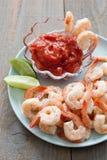 与调味汁和石灰楔子的虾仁开胃品 库存图片