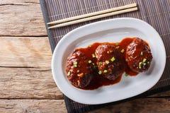 与调味汁特写镜头的日本hambagu牛排在一块白色板材 贺尔 图库摄影