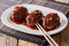 与调味汁特写镜头的日本hambagu牛排在一块白色板材 贺尔 免版税库存图片