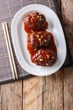 与调味汁特写镜头的日本hambagu牛排在一块白色板材 ver 图库摄影