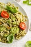 与调味汁pesto、蕃茄和pi的鲜美开胃意大利面团 图库摄影