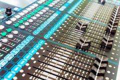 与调整瘤,按钮设备选择聚焦的专业音频混合的控制台特写镜头 免版税库存图片