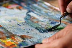 与调色刀的艺术绘画 库存照片