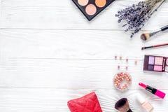 与调色板和淡紫色顶视图嘲笑的化妆用品构成 免版税库存图片
