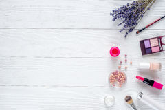 与调色板和淡紫色顶视图嘲笑的化妆用品构成 库存图片
