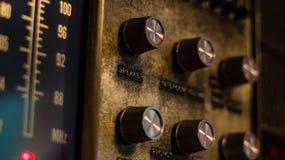 与调整的拨号盘和瘤的一个古色古香的墙壁无线电小队 库存照片