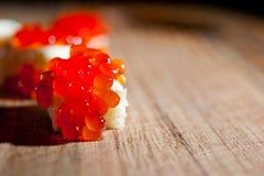 与谋生的红色鱼子酱在黑暗的背景 库存照片