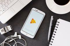 与谷歌戏剧放置在书桌的音乐应用的LG K10 库存图片