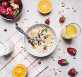 与谷物、牛奶和草莓木土气背景顶视图关闭的可口早餐 免版税库存照片
