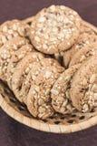 与谷物和向日葵种子谎言的自创健身曲奇饼在一个柳条筐 免版税库存照片