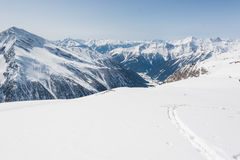 与谷的滑雪足迹在后面 免版税图库摄影