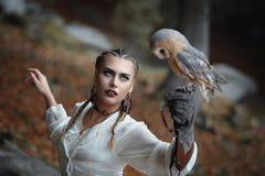 与谷仓猫头鹰的美丽的妇女画象 图库摄影