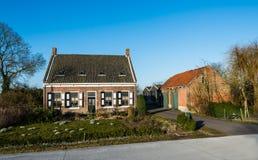 与谷仓的历史的荷兰农舍 库存图片