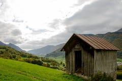 与谷仓的山风景 图库摄影