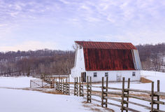 与谷仓的斯诺伊领域在弗吉尼亚山麓 库存照片