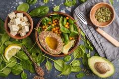 与豆腐、鸡豆、鲕梨和sunflo的健康素食沙拉 库存图片