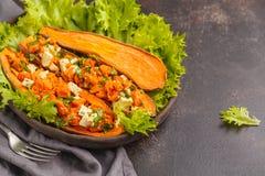 与豆腐和荷兰芹的被烘烤的白薯 健康素食主义者食物骗局 免版税库存图片