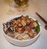 与豆腐和什塔克菇的日本拉面面条 库存照片