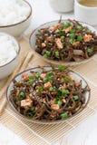 与豆腐在碗,顶视图的温暖的海圆白菜沙拉 免版税图库摄影