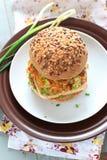 与豆腐的整粒汉堡 免版税图库摄影