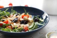 与豆腐,西红柿,芝麻菜,黄瓜的蔬菜沙拉 免版税库存照片