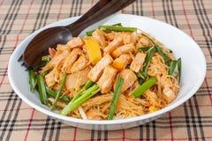 与豆腐-素食泰国食物的油煎的面条 免版税图库摄影