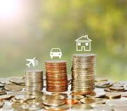 与象旅行汽车和房子的金钱硬币堆生长图表 免版税库存照片