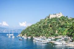 与豪华小船和游艇的美好的海海岸线在美丽如画的港口在菲诺港,利古里亚,意大利 免版税库存图片