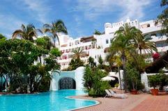 与豪华旅馆瀑布和大厦的游泳池  图库摄影
