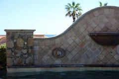 与豪华水特点喷泉的豪华西班牙样式水池在华美的别墅有海景在Los Cabos墨西哥 库存照片