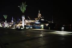 与豪华游艇的夜在波尔图黑山 图库摄影