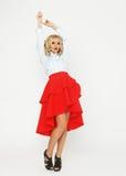 与豪华头发和红色裙子的时装模特儿 免版税库存图片