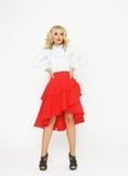 与豪华头发和红色裙子的时装模特儿 库存照片