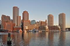 与财政区和波士顿港口的波士顿地平线日出的 库存图片