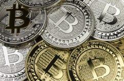 与货币符号放置的许多Bitcoin硬币 免版税库存照片