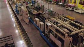 与货物驱动的Forkloader沿着运行的生产线 影视素材