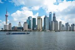 与货船的上海地平线 库存图片