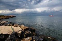 与货船航行的海滨 免版税库存图片
