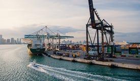 与货船,起重机的海容器口岸 海港、终端或者船坞 货物,运输,交付,后勤学 库存照片