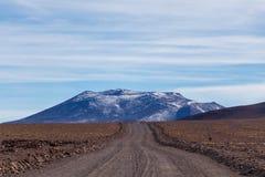 与贫瘠沙漠风景的背景在自然保护的Edoardo Avaroa玻利维亚人安地斯, 免版税库存照片