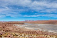 与贫瘠沙漠风景的背景在自然保护的Edoardo Avaroa玻利维亚人安地斯, 库存图片