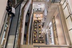 与购物人的楼梯间Selfridges百货商店的Lo 免版税库存照片
