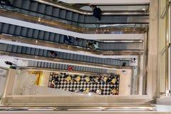 与购物人的楼梯间Selfridges百货商店的Lo 库存照片